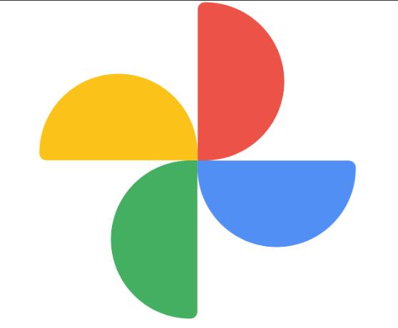 Компания Google объявила о выпуске обновлённого приложения «Google Фото». Здесь появилось много новых и интересных функций. Это приложение является облачным хранилищем фотографий и видео. Примечательно, что объём памяти неограничен, если хранить сжатые записи и снимки. Что нового В приложении был полностью обновлён дизайн и появились новые возможности. Программа получила и новую красивую иконку. В старой версии ярлычок напоминал калейдоскоп с эффектом объёмности, а новый похож на разноцветные лопасти вентилятора. Изменилось и количество основных вкладок в нижней части экрана. Их теперь не четыре, а три: • Фотографии; • Поиск; • Библиотека. Очень удобно, что миниатюры видеороликов и фотографий стали несколько крупнее, уменьшилось и расстояние между ними. Для просмотра видеороликов предусмотрена анимация с эффектом автозапуска. Воспоминания В программе расширили и карусель «воспоминаний». Сейчас здесь появилось больше различных подборок. Для удобства пользователей снимки рассортированы по тематическим разделам – путешествия, встречи с друзьями, праздники, выходные и так далее. При необходимости можно скрывать воспоминания, где есть определённые люди. Кроме того, можно скрыть фотографии, сделанные в определённые даты. Фотографии на карте Пользователи давно просили разработчиков Гугл сделать привязку фотографий к местам на карте. Наконец-то в новой версии программы это реализовано. Во вкладке «Поиск» отображена карта, на которой указано, где владелец смартфона побывал и какие фотографии сделаны в тех местах. Если просматривать фотографии в нижней части экрана, то можно увидеть, где они сделаны. Тут же все фото для удобства можно разбить на тематические папки. Обновлена Библиотека Во вкладке «Библиотека» сейчас расположены «Альбомы», «Корзина», «Архив» и «Избранное». В ряде стран (США, Канаде и ЕС) пользователям доступен сервис для заказа печати фотографий на фотобумаге с последующей доставкой домой курьером. Новая версия «Google Фото» уже появилась в магазине приложений