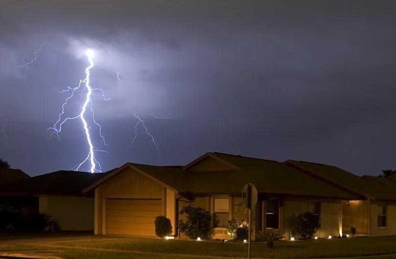 Чем опасна молния — что будет с техникой и телефонами во время грозы
