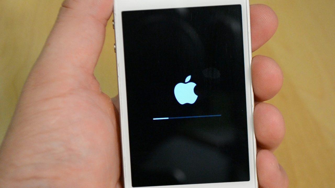 Айфон работает, но экран черный — что делать