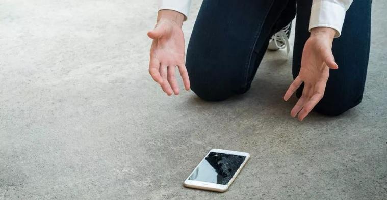 Почему после падения телефон не включается