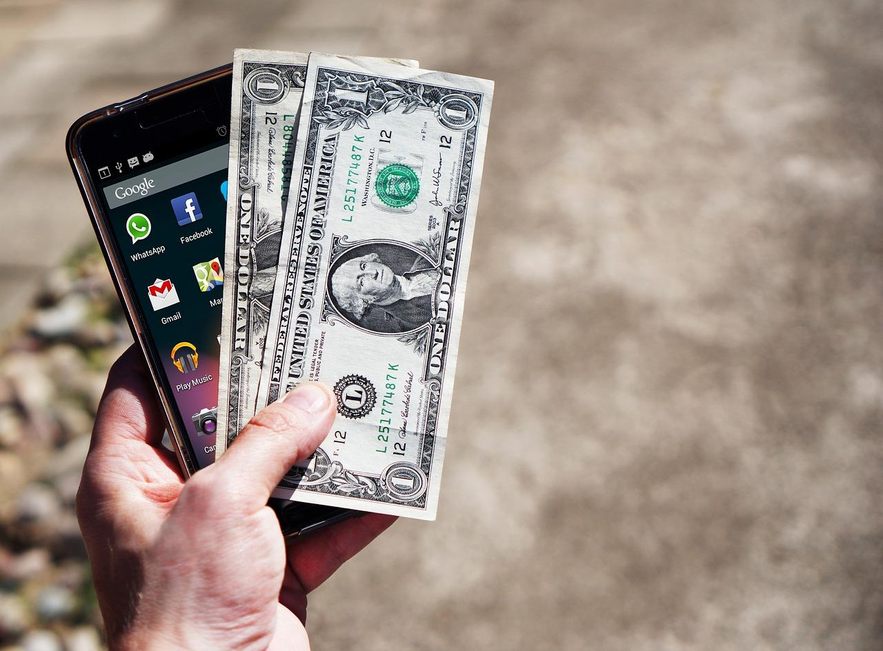 Доллар взлетел до 75 – стоит ли торопиться с покупкой телефона?