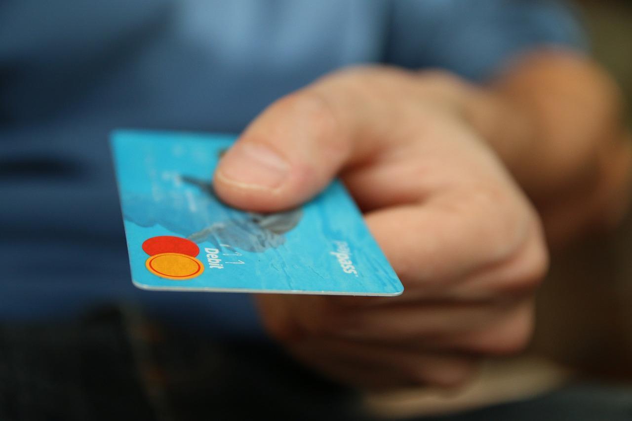 Детские выплаты стали списывать за долги — что происходит и как это предотвратить