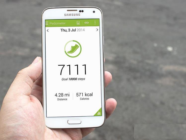 При подсчёте шагов смартфон также обращается к данным, получаемым от акселерометра